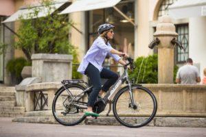 Bici donna elettrica: perché comprarla e come sceglierla